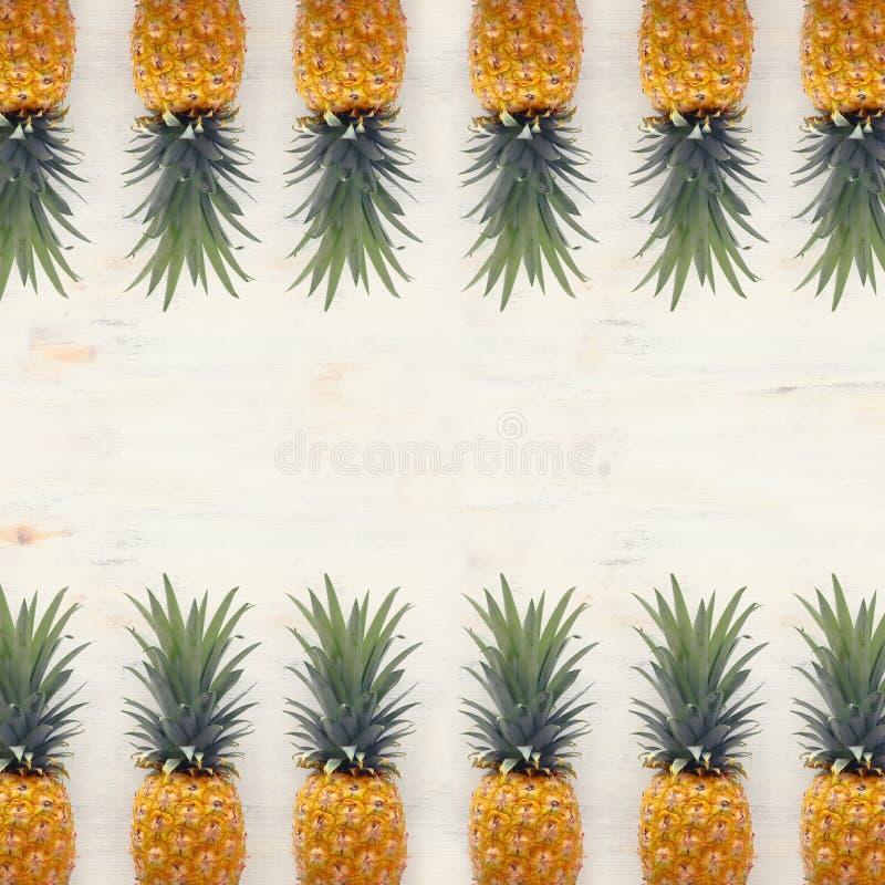 Banner van Rijpe ananas over witte houten achtergrond Strand en tropisch thema Hoogste mening royalty-vrije stock foto