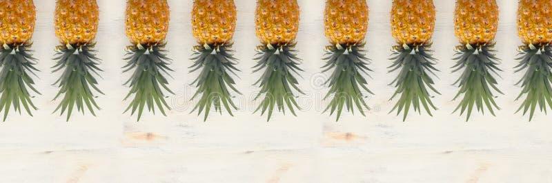 Banner van Rijpe ananas over witte houten achtergrond Strand en tropisch thema Hoogste mening stock foto