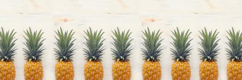 Banner van Rijpe ananas over witte houten achtergrond Strand en tropisch thema Hoogste mening royalty-vrije stock foto's