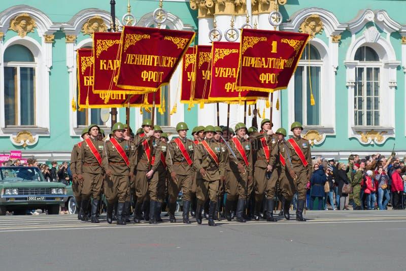 Bannergroep in de vorm van militairen van de grote Patriottische oorlog met banners militaire voorzijden Repetitie van parade ter royalty-vrije stock fotografie