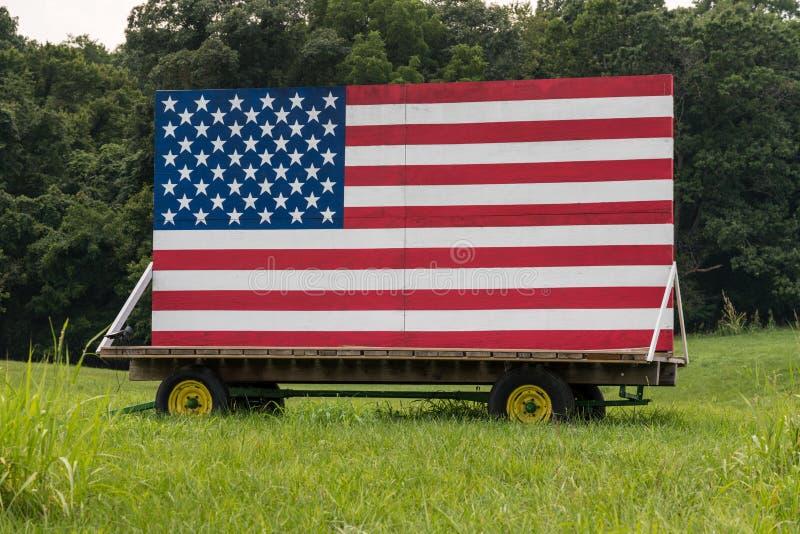 Bannière étoilée des USA peinte sur les conseils en bois dans le pré photo libre de droits