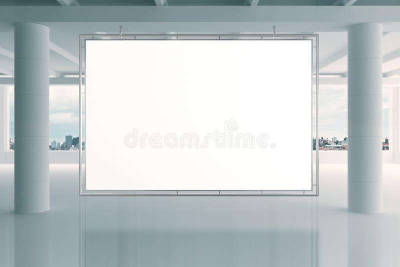 Bannière blanche vide dans le bureau vide moderne de l'espace ouvert avec de grands WI image libre de droits