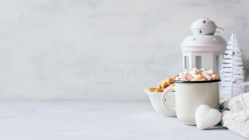 Bannière confortable d'hiver de Noël Café avec des guimauves, des biscuits de Noël, le chandail tricoté, le coeur blanc et le Noë photographie stock libre de droits