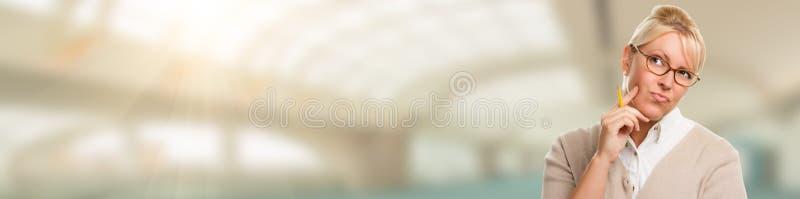 Bannière de beau étudiant ou femme d'affaires contemplatif avec le crayon photo libre de droits
