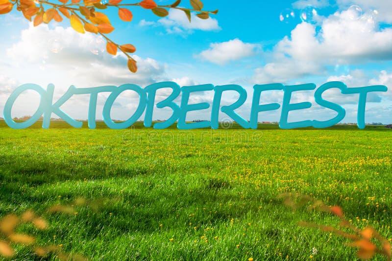 Bannière de fond d'Oktoberfest Pré vert Ciel nuageux bleu Bulles de savon photo libre de droits