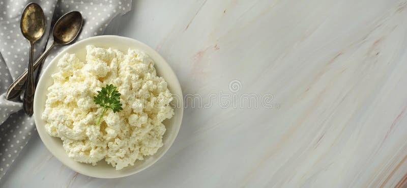 Banni?re de fromage blanc, isoalted sur la lumi?re, fond de marbre Laitages, calcium et prot?ine D?jeuner sain photo stock