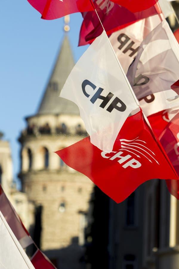Bannière de la partie de PCCE d'opposition vue avec la tour de Galata à l'arrière-plan à Istanbul, Turquie pendant les élections, photographie stock