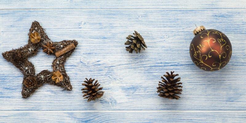 Bannière de Noël aux cônes de pin, bauble et étoile photos stock