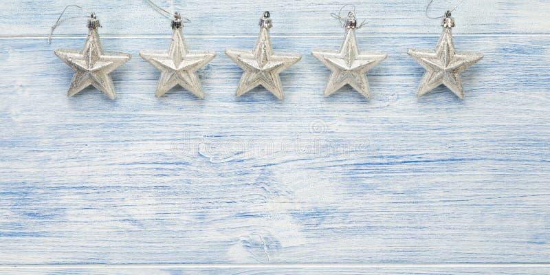 Bannière de Noël avec cinq étoiles d'argent sur fond de bois bleu avec espace de copie photo libre de droits