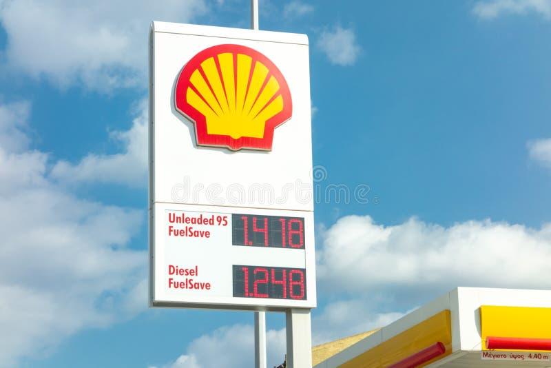 Bannière de station service de Shell avec des andfuels d'un logo de société équipés de leurs prix photographie stock