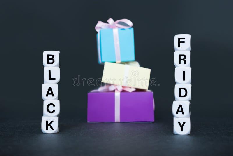 Bannière de vente avec le mot Black Friday des textes et les boîte-cadeau multicolores photos stock