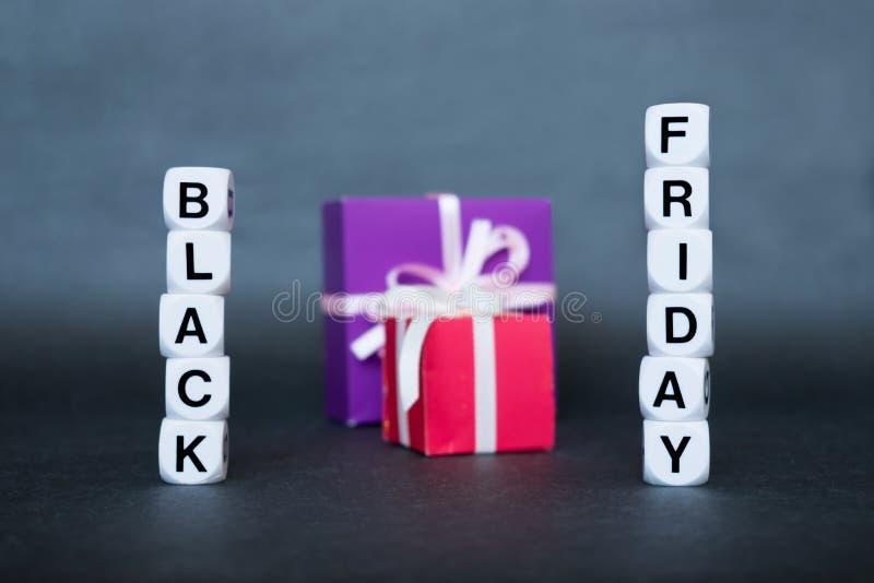 Bannière de vente avec le mot Black Friday des textes et les boîte-cadeau multicolores photos libres de droits