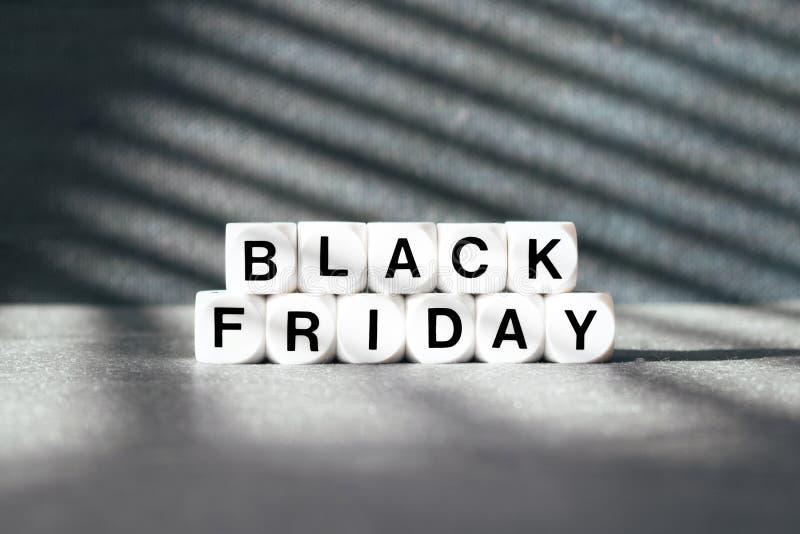Bannière de vente avec le mot Black Friday des textes sur le fond foncé images stock