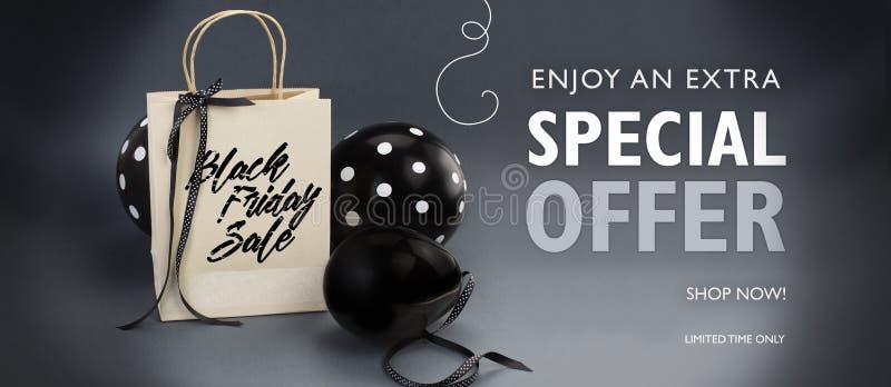 Bannière de vente de Black Friday contenant le sac de papier réutilisé décoré du ruban noir de satin, et ballons noirs photographie stock