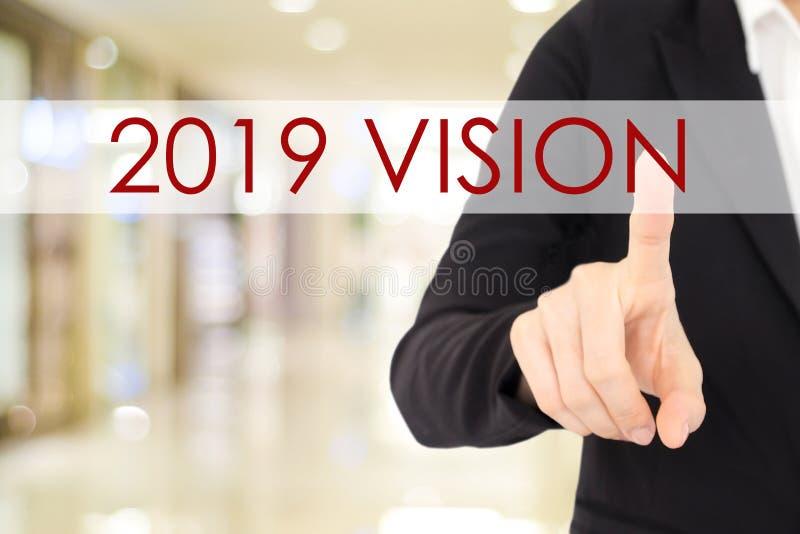 2019 bannière de vision, main d'homme d'affaires touchant le mot 2019 de vision o photo stock