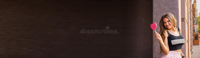 Bannière foncée horizontale avec la belle fille de brune, tenant le lol images libres de droits