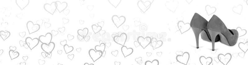 Bannière horizontale noire et blanche Fond de coeurs avec une paire de chaussures de femme illustration stock