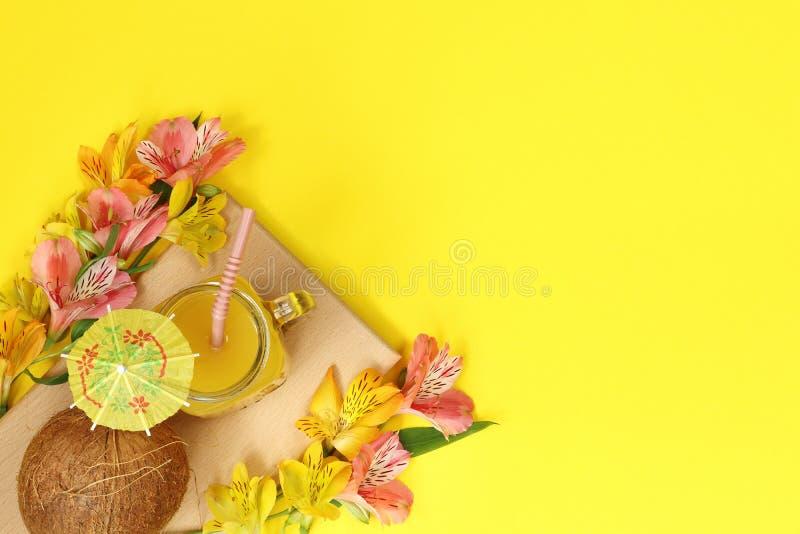 Bannière jaune d'été avec le jus d'orange et la noix de coco photographie stock
