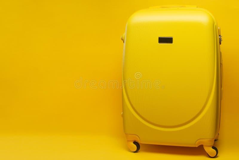 Bannière jaune de valise, voyage de fête d'aventure de concept de choses de voyage, sur le fond jaune images stock