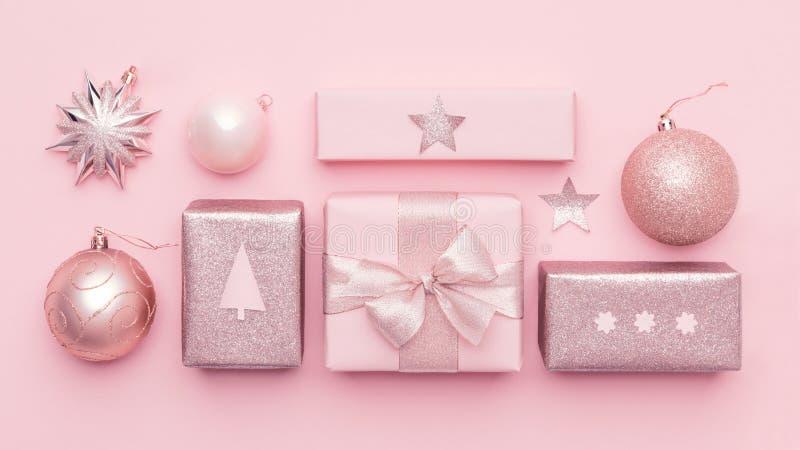 Bannière minimale de Noël de rose en pastel Beaux cadeaux nordiques de Noël d'isolement sur le fond de rose en pastel photo stock
