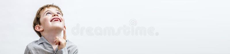 Bannière panoramique de garçon heureux pour le concept de la curiosité images stock