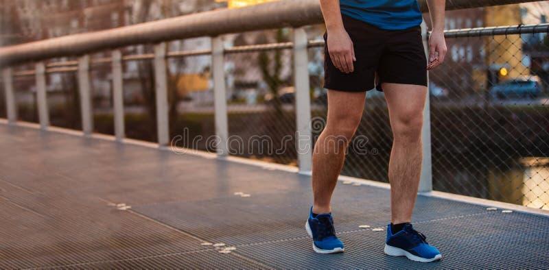 Bannière panoramique du fonctionnement sportif de jambes de jeune homme extérieur image stock