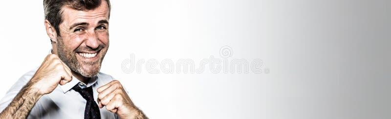 Bannière panoramique pour la concurrence d'entreprise de gestion de sourire d'amusement d'homme d'affaires image stock