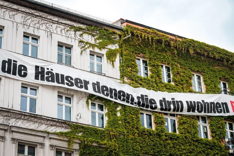 Bannière sur la façade de construction avec le slogan de protestation contre la spéculation d'immobiliers Chambres pour l'Alleman photo stock