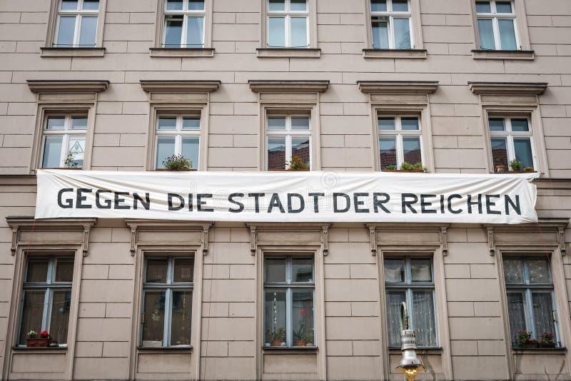 Bannière sur la façade de maison avec le slogan politique contre le gentification à Berlin Contre la ville des riches images stock
