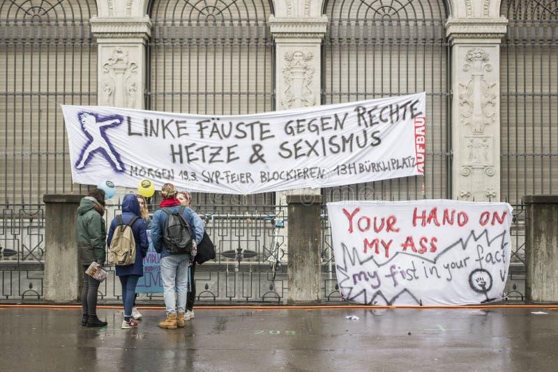 Bannières pour la marche des femmes à Zurich le 8 mars 2017 images stock