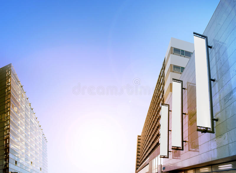 Bannières verticales noires vides sur la façade de bâtiment, maquette de conception photographie stock libre de droits