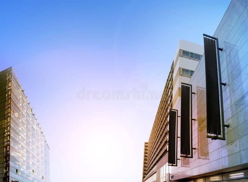 Bannières verticales noires vides sur la façade de bâtiment, maquette de conception photo stock