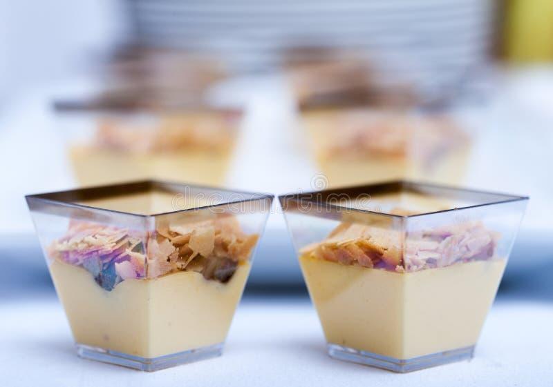 Banoffee in vetro della tazza servito con i dadi fotografie stock libere da diritti