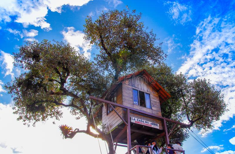 BANOS,厄瓜多尔, 2018年8月, 17日:摇摆在世界结束时位于Casa台尔Arbol,树上小屋在Banos 免版税图库摄影