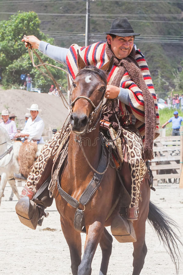 Banos DE Aqua Santa, Tungurahua, Ecuador, November 2014, Jonge Latijnse mensen kleedde zich in nationale kostuums die een paard b royalty-vrije stock foto's