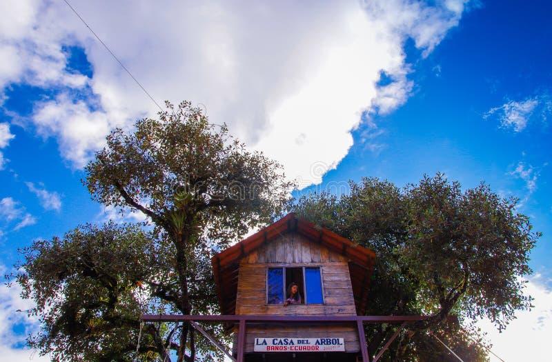 BANOS, ECUADOR, AGOSTO, 17, 2018: El oscilación en el extremo del mundo situado en la casa Del Arbol, la casa en el árbol en Bano foto de archivo