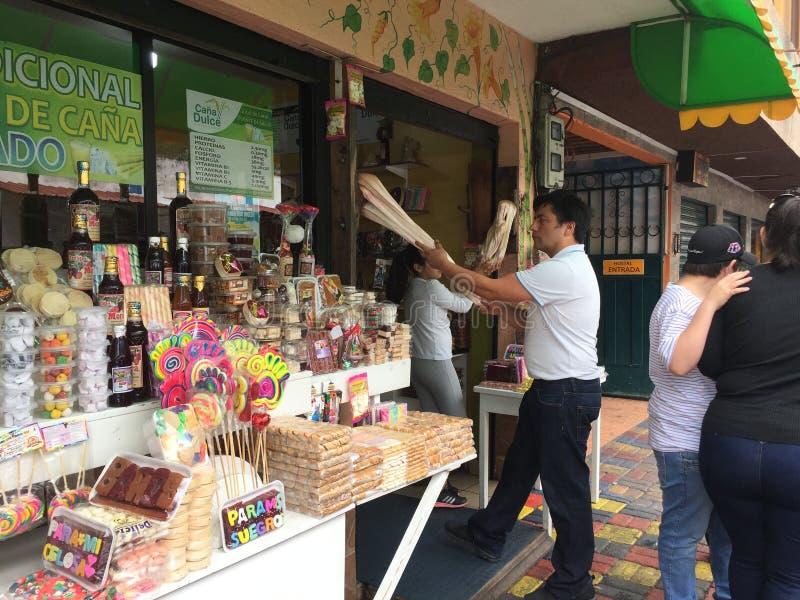 Banos Ecuador, 18-7-2019: En person som gör sötsaker från sugarcan på de traditionella metoderna royaltyfri foto