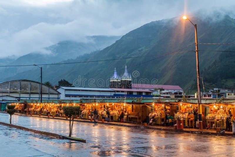 BANOS, EQUADOR - 20 DE JUNHO DE 2015: Tendas do alimento em um mercado em Banos de Água Santa, destino popular do turista em Ecua fotografia de stock