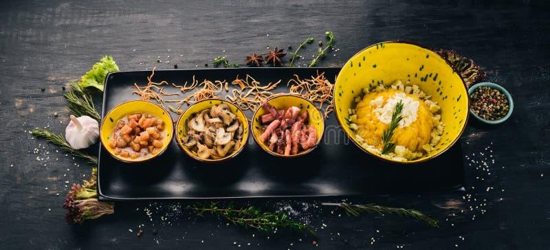 Banosh com queijo, bacon, cogumelos e banha Apeladores foto de stock royalty free