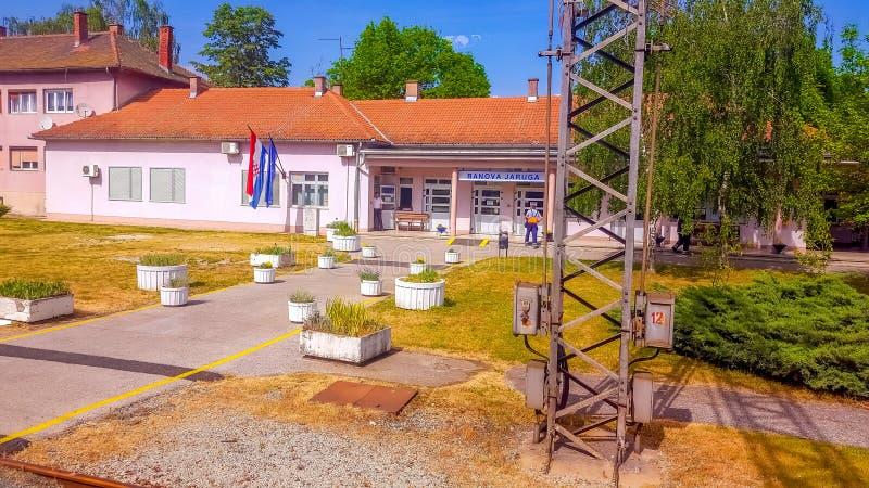 Banova Jaruga, Croácia 2 de maio de 2018: Estação de caminhos-de-ferro Banova Jaruga foto de stock royalty free