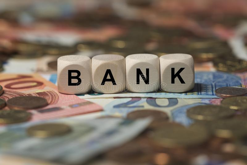 Banque - cube avec des lettres, termes de secteur d'argent - signe avec les cubes en bois images stock