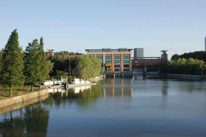 Banque de ciel bleu de rivière et porte énorme pour l'inondation de contrôle image libre de droits