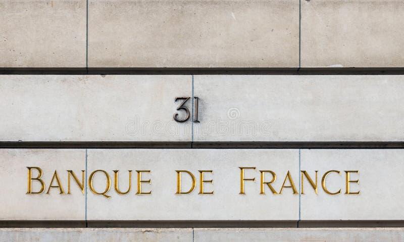 Banque de France-Zeichen auf der Fassade eines Gebäudes in Paris lizenzfreie stockfotografie