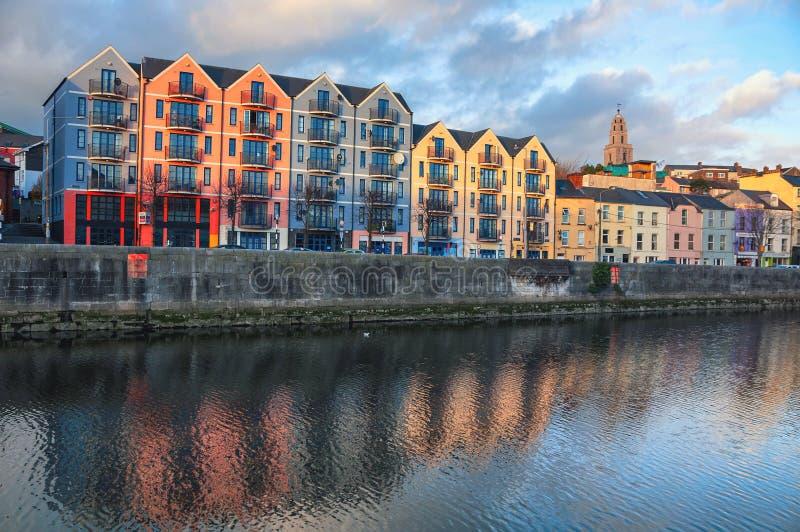 Banque de la rivière Lee dans le liège, centre de la ville de l'Irlande photographie stock libre de droits