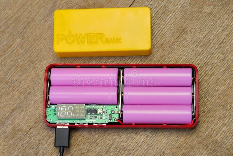Banque de puissance avec le c?ble d'USB Remplissage d'accumulateur Batterie externe photo stock