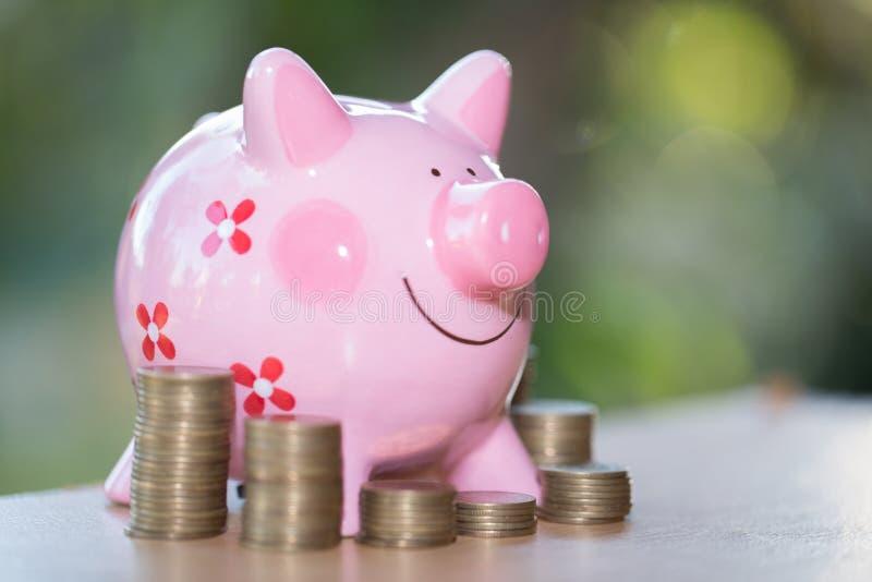 Banque difficile et pièce de monnaie, pour investir l'argent, idées pour épargner l'argent pour une utilisation future images stock