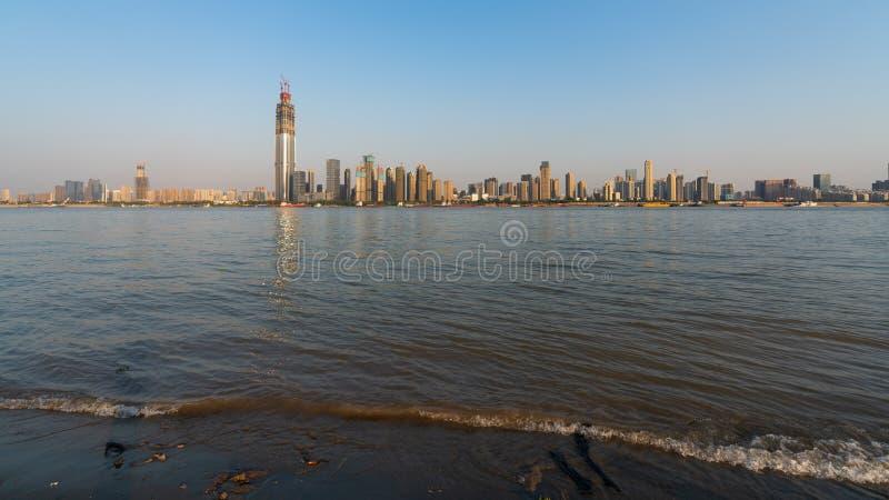Banque du fleuve Yangtze avec peu de vague et sable et Wuhan Wuchang d photos stock