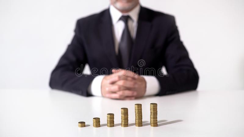 Banqueiro que olha a renda crescente das operações financeiras, investimento lucrativo fotografia de stock royalty free