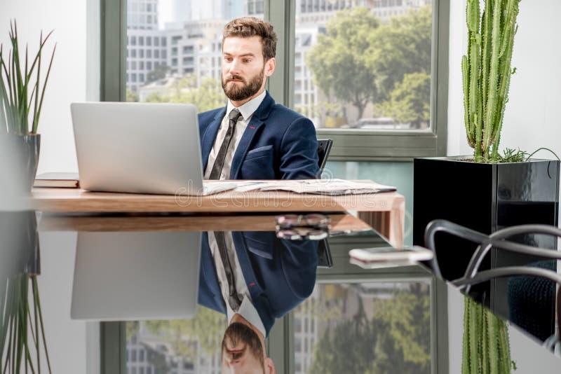 Banqueiro que trabalha no escritório imagem de stock
