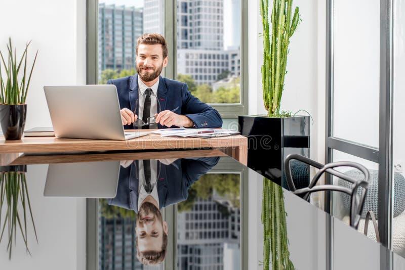 Banqueiro que trabalha no escritório foto de stock royalty free